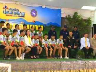 Højt humør ved pressemøde for thailandsk fodboldhold